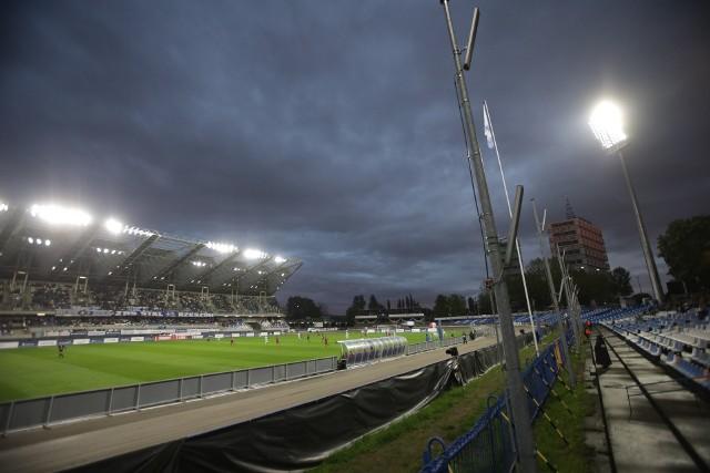 2193 kibiców na pojawiło się w rozświetlonym Stadionie Miejskim w Rzeszowie. W meczu czołowych drużyn eWinner 2 ligi Stal Rzeszów zremisowała z Chojniczanką Chojnice 1:1. Stal Rzeszów – Chojniczanka Chojnice 1:1 (0:0) - RELACJABramki: 0:1 Golański 65, 1:1 Głowacki 74-karny.