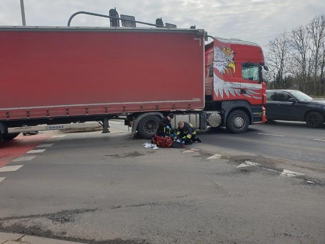 Tragiczny wypadek na skrzyżowaniu ul. Srebrzyńskiej i al. Włókniarzy. Około godz. 11, w środę (4 marca) doszło tam do potrącenia kobiety przez samochód ciężarowy.Piesza znalazła się pod kołami pojazdu. Strażacy podjęli próbę reanimacji kobiety, niestety - piesza zmarła.