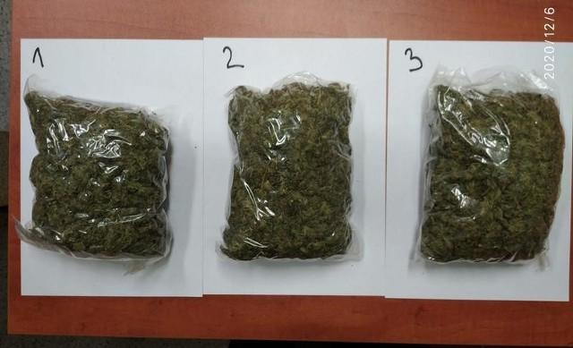 Okazało się, że kierowca przewozi w samochodzie prawie 650 gramów suszu marihuany. 28-latek narkotyki posiadał także w domu i nie tylko.