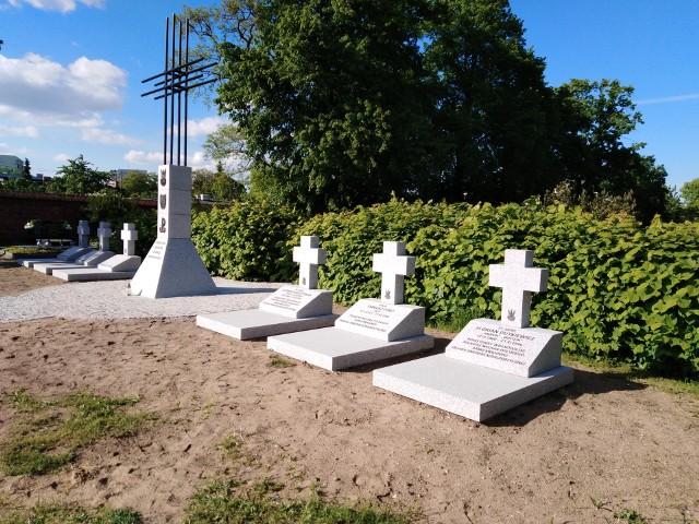 """Cmentarz Komunalny - Kwatera Żołnierzy Niezłomnych. IPN zapowiada, że uroczysty pochówek szczątków """"Sępa"""", """"Wiktora"""" i """"Cygana"""" odbędzie się 27 września."""