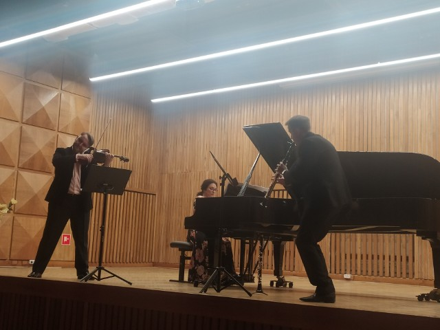 We wtorek (12 października) nowy sezon artystyczny zainaugurowali mistrzowie Uniwersytetu Muzycznego im. Fryderyka Chopina. 8 utworów Maxa Brucha na klarnet, altówkę i fortepian wykonali: KRZYSZTOF GRZYBOWSKI (klarnet), JAKUB GRABE-ZAREMBA (altówka) i KATARZYNA MAKA-ŻMUDA (fortepian).