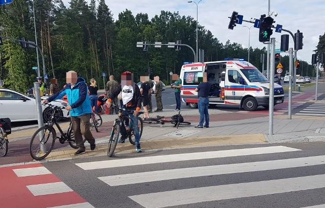 Potrącenie rowerzysty na skrzyżowaniu Ciołkowskiego z Wiosenną. Mercedes wjechał na czerwonym świetle