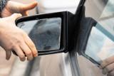 Bielsko-Biała. Wandal zrywał lusterka z zaparkowanych samochodów. 20-latek uszkodził pięć pojazdów