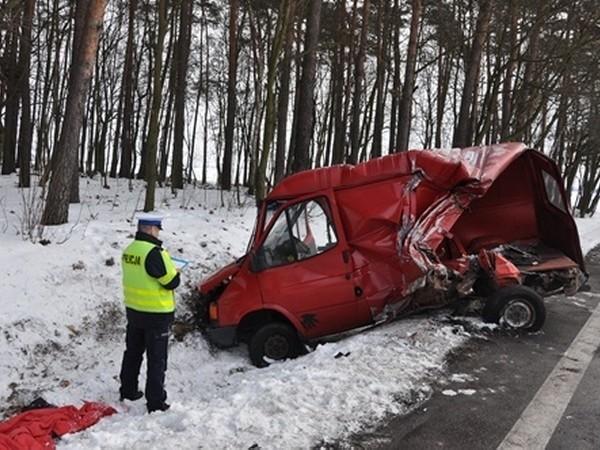 Dziś w nocy na drodze nr 24 w powiecie międzychodzkim ciężarówka uderzyła w tył samochodu osobowego.