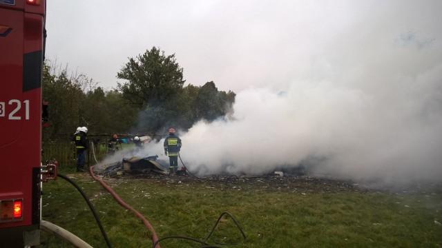 Chlewiszcze. Pożar domu całkowicie zniszczył zabudowanie. Straż pożarna w pogorzelisku odnalazła dwa ciała