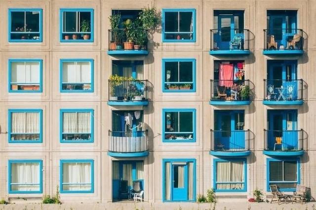 40 metrów i dwa pokoje? Szaleństwo. Najmniejsze mieszkania w Radomiu mają niewiele ponad 20 metrów. Da się żyć w mikro mieszkaniach na takiej powierzchni? Najwyraźniej się da. Oto najmniejsze kawalerki i mikroapartamenty na sprzedaż. Aktualne oferty, lipiec 2020 z z serwisu ogłoszeniowego OTODOM.Najmniejsze mieszkania na sprzedaż w Radomiu. Na kolejnych planszach: najmniejsze mieszkania w Radomiu od najdroższego do najtańszego. Zobacz kolejne zdjęcia. Przesuwaj zdjęcia w prawo - naciśnij strzałkę lub przycisk NASTĘPNE