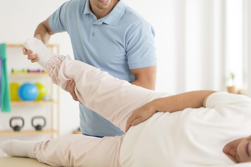 Po operacji wstawienia endoprotezy stawu biodrowego pacjent musi przebyć długą rehabilitację, której celem jest przywrócenie sprawności kończyn.