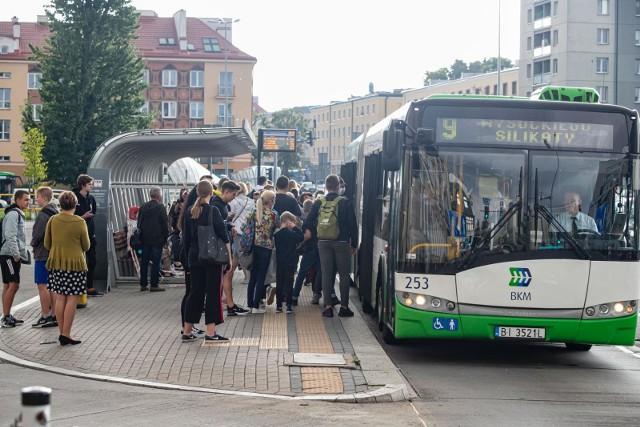W autobusach bardzo trudno zachować dystans społeczny. Zdjęcie z początku września.