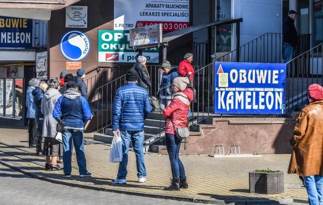 """Gdy wirus COVID-19 dotarł do Polski, Polacy masowo ruszyli do sklepów, żeby zrobić zapasy. Największym beneficjentem """"gorączki zakupów"""" są z pewnością producenci żywności z dłuższym terminem ważności, np. makaronów, konserw lub kaszy. Te produkty cieszyły się bowiem największym zainteresowaniem. To jednak już za nami."""