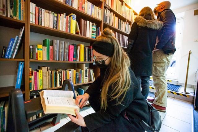 Jako podstawowe źródła pozyskiwania książek czytelnicy wskazali: zakup (45 proc.)