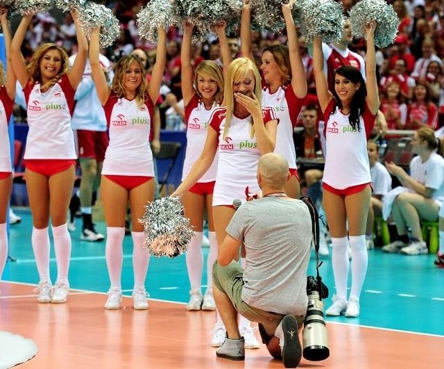 Wojciech i Agnieszka, czyli fotoreporter i cheerleaderka, wyznali sobie miłość w niedzielę w Ergo Arenie, podczas siatkarskiego meczu