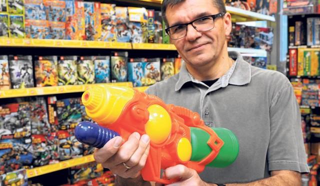 - Pistolety na wodę zawsze cieszą się dużym zainteresowaniem wśród klientów - mówi Adalbert Zapalski ze sklepu w Koszalinie.