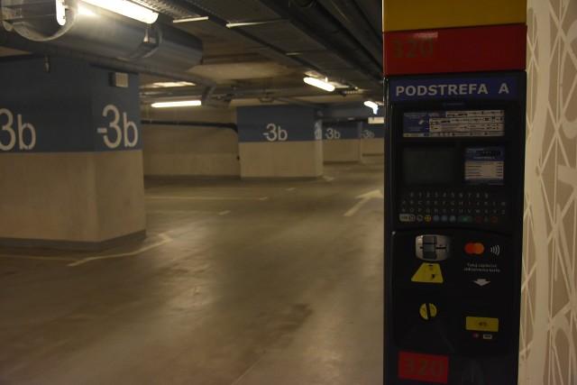 Po wprowadzeniu opłat podziemny parking dworca Łódź Fabryczna jest niemal pusty