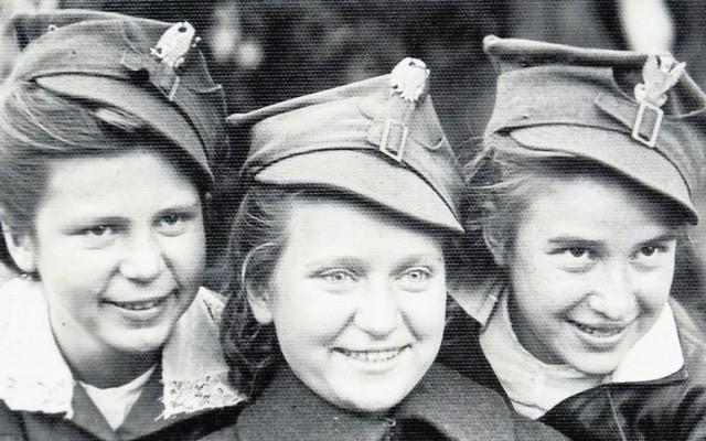 Krysia (moja siostra), Gienia Augustis i ja w czapkach żołnierskich  w 1944 r.