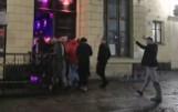 Dyskoteka we wrocławskim Pasażu Niepolda. Policjanci nikogo nie wpuszczają, a w środku tłum! [FILM]