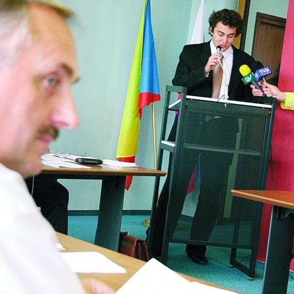 – Prezydent oszukał całe środowisko szkolne – mówił Mariusz Chrzanowski z klubu radnych PiS. – Bezsensowne jest zasłanianie się niżem demograficznym – podkreślał.