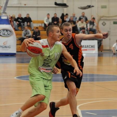 W akcji młodzieżowcy Łukasz Wilczek i Adrian Suliński. Obaj zawodnicy mają w prawym ramieniu biało-czerwony znak.