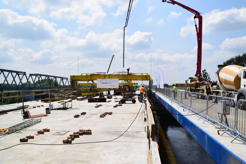 Brzegi rzeki San połączone dwiema nitkami mostu powstającego w ramach budowy S19 [ZDJĘCIA]