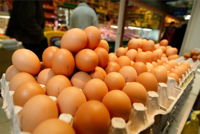 Przy okazji świąt wielkanocnych, warto być świadomym, jakie jajka kupujemy i skąd one pochodzą. Wiele sklepów zadeklarowało wycofanie ze sprzedaży jaj od kur w chowu klatkowego. W takiej hodowli na jedną kurę przypada powierzchnia niewiele większa niż kartka A4. Sprawdź w galerii ceny jajek z chowu ściółkowego i z wolnego wybiegu w znanych supermarketach --->
