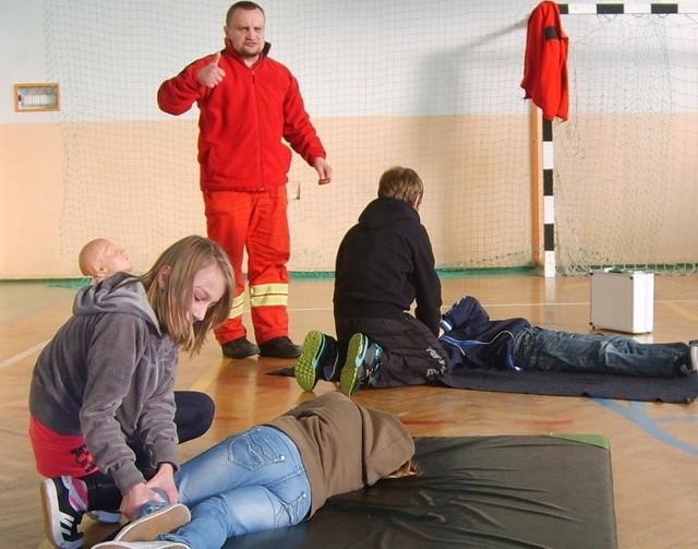 Zajęcia z udzielania pomocy przedmedycznej w szkole w Damnie.
