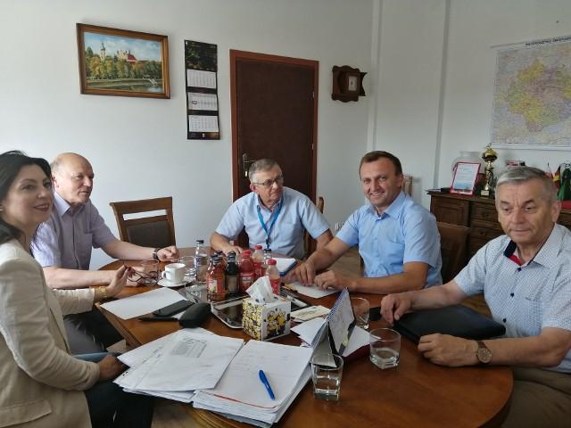 Ostatnie dni w Starostwie Powiatowym w Sandomierzu upływają pod znakiem liczenia złożonych świadectw i tworzenia oddziałów.