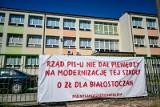 Na ogrodzeniach białostockich szkół zawisły polityczne banery. O ich zdjęcie apeluje wojewoda i kurator oświaty
