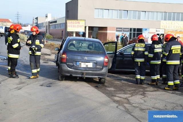 Ze wstępnych ustaleń policji wynika, że kierujący VW Passat jadący ulica Zielną w kierunku P2 podczas manewru skrętu w lewo nie udzielił pierwszeństwa przejazdu kierującemu pojazdem marki citroen. Na skutek zderzenia zarówno Citroen jak i VW Passat uderzyli w mercedesa.Wideo z miejsca zdarzenia.