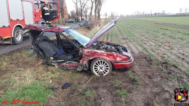 Do poważnego wypadku doszło dziś przed godziną 16 w miejscowości Bródzki (gmina Kruszwica).- Samochód osobowy uderzył w drzewo, lecz siła uderzenia była na tyle mocna, że pojazd rozerwało na dwie części - relacjonują strażacy z OSP Kruszwica.Autem podróżowały dwie osoby. Były ciężko ranne. Kierowcę zabrała karetka pogotowia, a pasażera - śmigłowiec z LPR Bydgoszcz.Flash Info odcinek 5 - najważniejsze informacje z Kujaw i Pomorza.