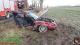 Wypadek pod Kruszwicą. Samochód uderzył w drzewo. Pojazd rozerwało na dwie części [zdjęcia]