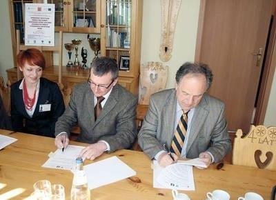 Na zdjęciu od prawej: Janusz Majcher, Eryk Miłosz - dyrektor oddziału POLDIM i Anna Maria Gilner - podinspektor Wydziału Rozwoju Lokalnego i Inwestycji UMZ. Fot.LK
