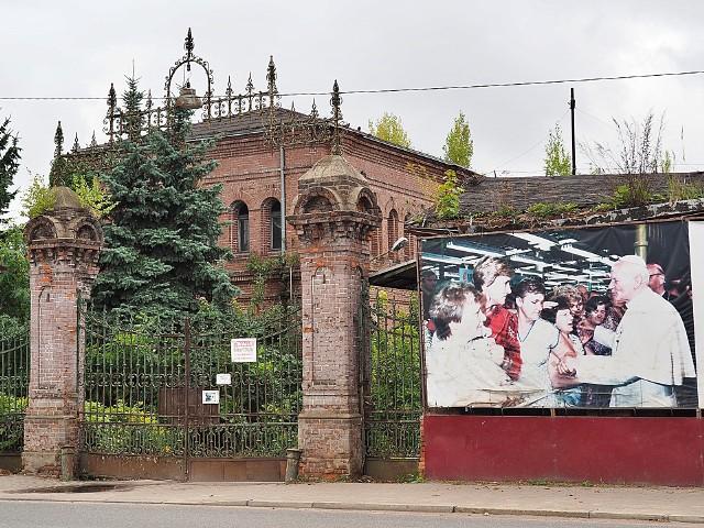 Przełom w dziejach tkalni stojącej przy ul. Kilińskiego, między ul. Milionową i ul. Przędzalnianą, nastąpił 13 czerwca 1987 roku, kiedy odwiedził ją papież Jan Paweł II.