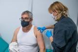 Masz 55 lat? W piątek, 16 kwietnia ruszyły zapisy dla osób z rocznika 1966 na szczepienie przeciw COVID-19