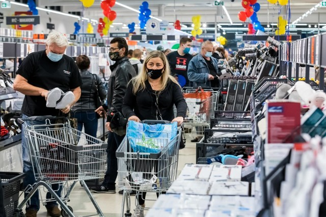 Takich okazji dawno nie było! Supermarkety kuszą gigantycznymi promocjami. Ceny wielu produktów zostały obniżone o ponad 60 proc. Taniej kupicie mięso, alkohol, owoce i warzywa, a także produkty dla dzieci takie jak pieluchy czy mleko. Za filet z kurczaka zapłacicie nawet 7,99 zł za 1 kg, a za pomarańcze 2,99 zł za 1 kg. Obniżki cen czekają na Was w takich sklepach jak Lidl, Biedronka, Auchan, Netto, POLOmarket czy Kaufland. Jak skorzystać z rabatów i zapłacić mniej? Zobaczcie szczegóły oraz terminy obowiązywania promocji. SZCZEGÓŁY NA KOLEJNYCH STRONACH >>>