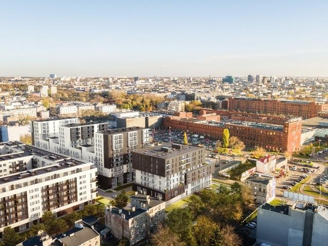 Trzeci etap inwestycji to widoczne w środku zdjęcia dwa połączone ze sobą bokami budynki.