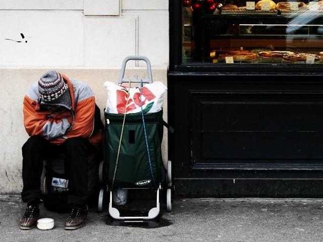 Biedni czekają nie tylko na pieniądze, ale także na żywność i odzież.