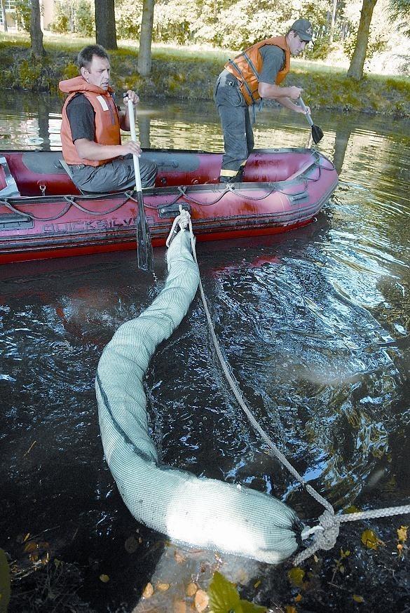Strażacy ustawili na wodzie zapory, które zatrzymują i wchłaniają olej