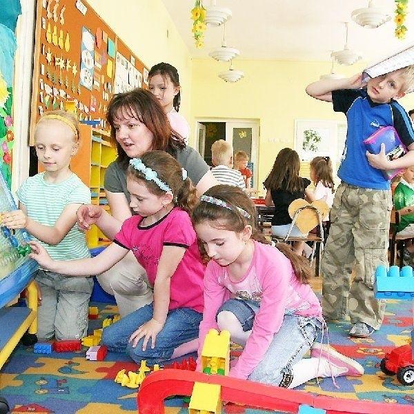 """""""Zerówkowicze"""" od nowego roku przeniosą  się do szkół. W Przedszkolu nr 17 przy ul.  Wroniej dziećmi opiekuje się Marzena  Pawłowska."""