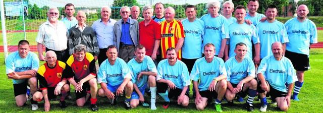 Piłka łączy ludzi - wspólna fotografia na zakończenie 23. Turnieju Piłki Nożnej Oldbojów. W środku, w czerwonej koszulce Andrzej Zoch, pomysłodawca buskiej imprezy.