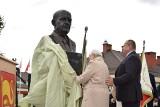 Belsk Duży - nowy pomnik profesora Eberharda Makosza stoi już na odświeżonym placu gminy