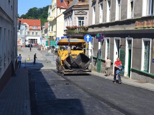 W ostatnich dniach m.in. drogowcy kładli asfalt na ul. Garncarskiej w Koronowie