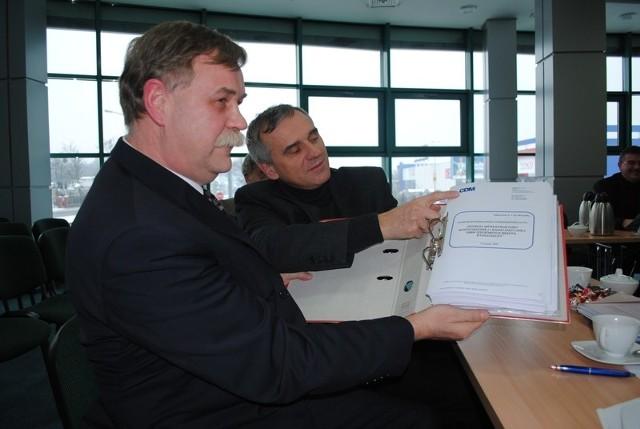 Wójt Dąbrowy Chełmińskiej (na pierwszym planie) i prezes MWiK w Bydgoszczy
