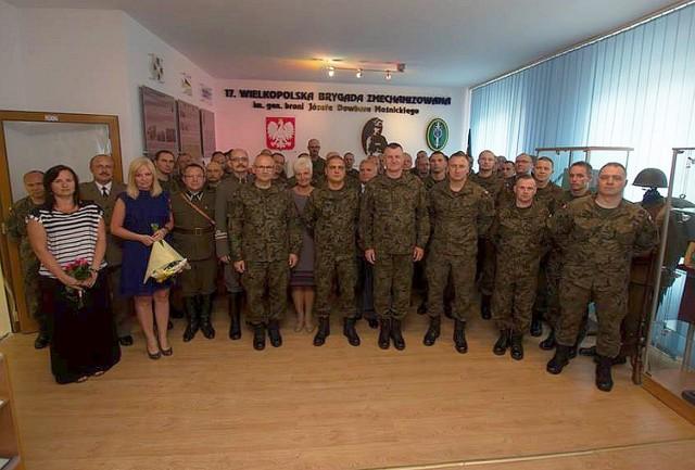 Awansowani oficerowie razem z dowódcą, kolegami i podwładnymi