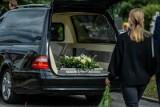 """Pogrzeby w czasie epidemii. Właścicielka zakładu: """"Ludzie zawsze przeżywają śmierć bliskich, ale w pandemii chyba jeszcze bardziej"""""""