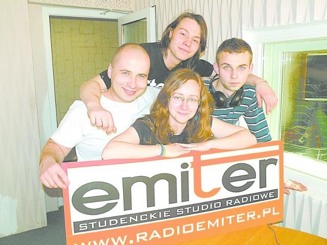 Radio nadaje 24 godziny na dobę przez cały rok. Obecnie redakcja Emitera liczy ponad 20 studentów opolskich uczelni. Na zdjęciu: Daniel Święcicki, Mateusz Niemczycki, Anna Kensoń, Edwin Medyński.