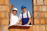 Jak mądrze oszczędzać przy budowie domu? Sprawdź, na czym można oszczędzić, a na czym nie warto
