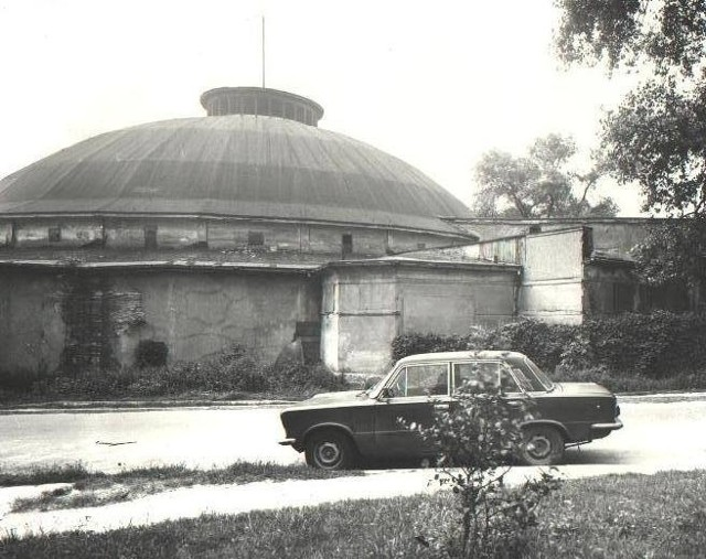 Zdjęcie nr 9Cyrk Olimpia - wzniesiony na Jeżycach w roku 1932 budynek cyrkowy (pierwszy stały budynek cyrkowy w Polsce) o charakterystycznej drewnianej kopule