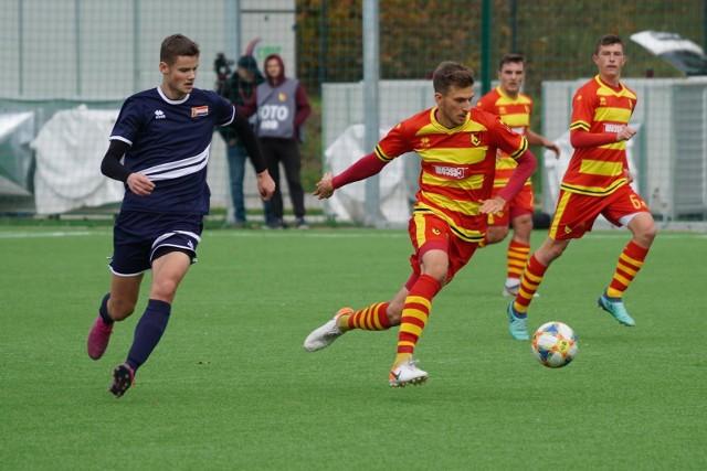 Piłkarze rezerw Jagiellonii (na żółto-czerwono) przegrali w derbowym meczu z Hetmanem 2:3