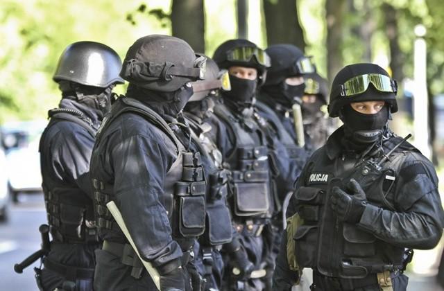 Do magazynu wtargnęła grup uzbrojonych mężczyzn. Mieli na siebie policyjne mundury.