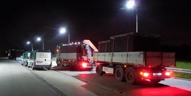 Najcięższa z zatrzymanych ciężarówek ważyła prawie 57 ton.