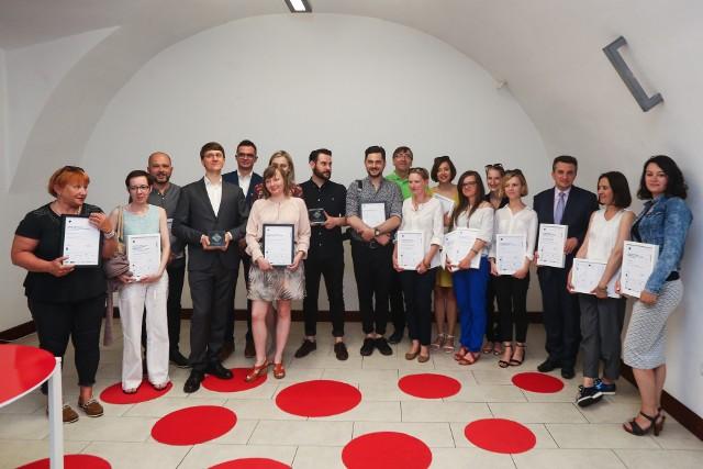 Pamiątkowe zdjęcie tegorocznych laureatów konkursu Śląska Rzecz organizowanego przez Zamek Cieszyn pod patronatem Dziennika Zachodniego